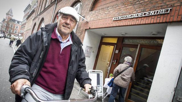 Poul-Erik Tindbæk, 69 år og selv bedstefar, fik ideen til en »skoleonkel- og tante-ordning« på Højvangskolen i Stavtrup. Foto: Axel Schütt